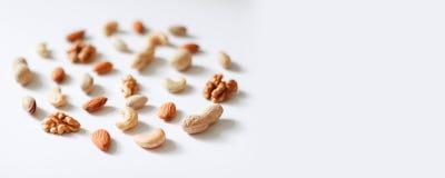 Kasju hasselnötter, valnötter, mandlar i cirkelform Bästa sikt eller lägenhet-lekmanna- kopiera avstånd fotografering för bildbyråer