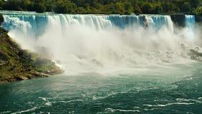 Kaskad av oerhörda vattenfall - Niagara Falls Sikt från den kanadensiska sidan till den amerikanska kusten Fotografering för Bildbyråer