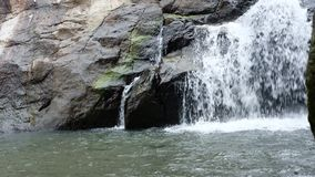 Kaskad av vatten som faller från en klippa arkivfilmer