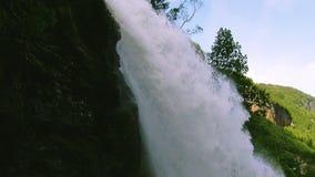 Kaskad av vattenfallfärgstänk i solig dag för grön skogsommar spray Landskap Natur inget stock video