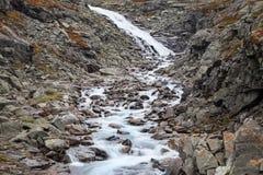 Kaskad på den Videdola floden Arkivbilder