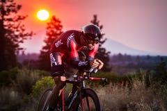 Kaskad som 2014 cyklar det klassiska vägloppet Arkivfoton