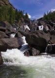 Kaskada spada nad rzeką z skałami Obraz Stock