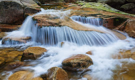Kaskade auf dem Fluss lizenzfreie stockfotos