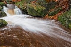 Kaskade auf dem Fluss in Böhmen Lizenzfreies Stockbild