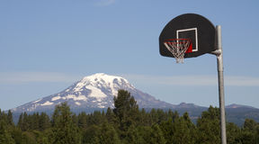 Kaskade Basketballkorb-Rückenbrett-Gebirgshintergrund Mt Adams Stockbilder