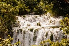 Kaskade der Wasserfälle im Wald, Krka Nationalpark, Kroatien Lizenzfreies Stockfoto