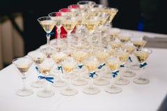Kaskade des Champagners am Bankett Lizenzfreie Stockfotografie