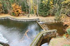 Kaskade des Wassers zum Abflusskanal der Verdammung Stockfotos