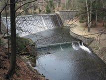Kaskade des Wassers zum Abflusskanal der Verdammung Stockbilder