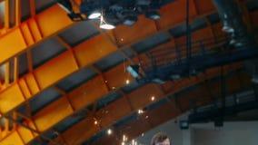 Kaskade von Scheinen in der Werkstatt an der Fabrik Helle Funken, die oben anheben stock footage