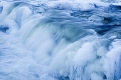 Kaskaden auf einem gefrorenen Fluss Lizenzfreie Stockbilder