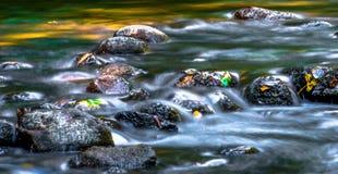 Kaskaden im Farben-Nebenfluss Stockfotografie