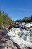 Kaskadenwasser über Felsen Stockbild