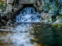 Kaskadenwassereigenschaft und -strom lizenzfreies stockfoto