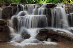 Kaskadenwasserfall in der Regenzeit tief innerhalb des tropischen Waldes von Thailand stockbild