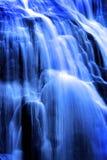 Kaskadenwasserfall-Wasser-Rollen hinunter Felsen zum Fluss unterhalb des empfindlichen weichen unscharfen Wasser-Fließens stockbilder