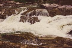 Kaskadenwasserfallgebirgswasserfall stockbilder