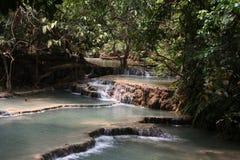 Kaskader med klart vatten i nationalparken Kuang Si Waterfall, L Royaltyfria Foton