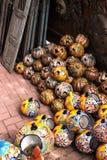 Kaskadierende keramische Kürbise stockfoto