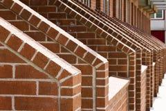 Kaskadierenreihen der Ziegelstein-Treppen lizenzfreie stockfotografie