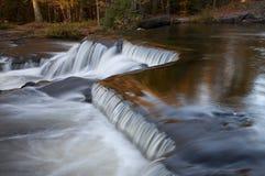 Kaskadierenwasserfälle im frühen Herbst Lizenzfreies Stockfoto