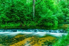 Kaskady na płytkiej rzece Fotografia Stock