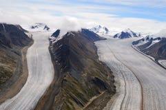 Kaskawulsh glaciär som delas av berg Royaltyfri Bild