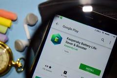 Kasperskylevensduur batterij: Spaarder & Hulpdev app met het overdrijven op Smartphone-het scherm royalty-vrije stock fotografie