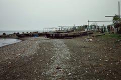 Kaspiska havkust med fiskebåtar som väntar för att segla ut fotografering för bildbyråer