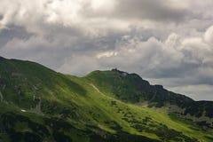 Kasprowy szczyt przeciw chmurnemu niebu Tatrzańskie góry Polska Zdjęcie Royalty Free