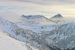 Kasprowy Wierch峰顶在Tatra山的扎科帕内在冬天 免版税库存图片