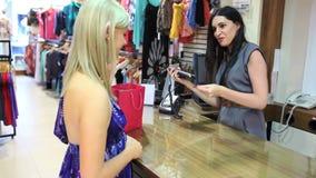 Kassörska som tillbaka ger kreditkorten till kunden stock video