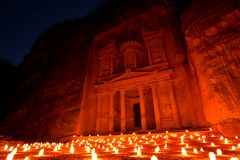 Kassa Al Khazneh av Petra Ancient City Illuminated vid stearinljus, Jordanien royaltyfria foton