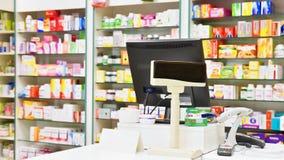 Kassa - dator och bildskärm i ett apotek Inre av drogen och vitaminer shoppar Mediciner och vitaminer för vård- och sunt royaltyfri bild
