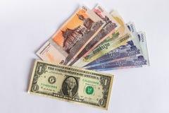 Kassa för Cambodja riel- och dollarsedlar som isoleras på vit bakgrund