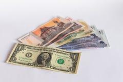 Kassa f?r Cambodja riel- och dollarsedlar som isoleras p? vit bakgrund