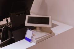 Kassa med skärmen och kortbetalningterminalen i galleria royaltyfri bild