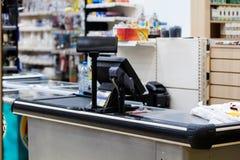 Kassa med terminalen i supermarket Royaltyfria Bilder