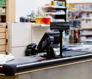 Kassa med terminalen i supermarket royaltyfri bild