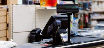 Kassa med terminalen i supermarket royaltyfria foton