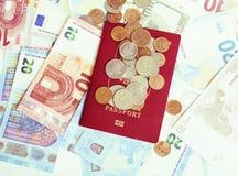 Kassa på den isolerade tabellen: dollar euro, brutna pengar för rubl Alla in royaltyfri fotografi