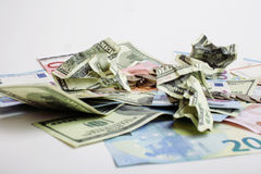 Kassa på den isolerade tabellen: dollar euro, brutna pengar för rubl Alla i röra, globalt krisbegrepp Royaltyfri Bild