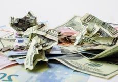 Kassa på den isolerade tabellen: dollar euro, brutna pengar för rubl Alla i röra, globalt krisbegrepp Royaltyfria Bilder