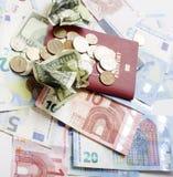 Kassa på den isolerade tabellen: dollar euro, brutna pengar för rubl Alla i röra, globalt krisbegrepp Arkivbilder