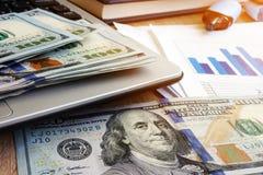 Kassa på en bärbar dator och finansiella dokument Investeringledning royaltyfri foto