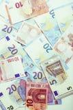 Kassa på tabellen: dollar euro, brutna pengar för rubl Alla in royaltyfri bild
