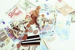 Kassa på tabellen: dollar euro, brutna pengar för rubl Alla in arkivfoton