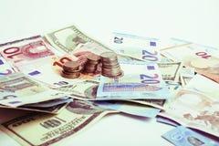 Kassa på tabellen: dollar euro, brutna pengar för rubl Alla in arkivbilder