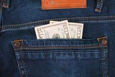 Kassa pengar är i facket av jeans Royaltyfria Bilder
